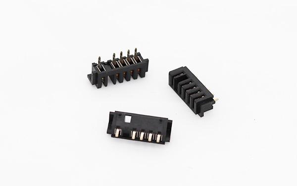 电池连接器的基本结构组成  连接器的基本结构件有接触件;绝缘体;外壳(视品种而定);附件。 1.接触件(contacts) 是连接器完成电连接功能的核心零件。一般由阳性接触件和阴性接触件组成接触对,通过阴、阳接触件的插合完成电连接。 阳性接触件为刚性零件,其形状为圆柱形(圆插针)、方柱形(方插针)或扁平形(插片)。阳性接触件一般由黄铜、磷青铜制成。 阴性接触件即插孔,是接触对的关键零件,它依靠弹性结构在与插针插合时发生弹性变形而产生弹性力与阳性接触件形成紧密接触,完成连接。插孔的结构种类很多,有圆筒